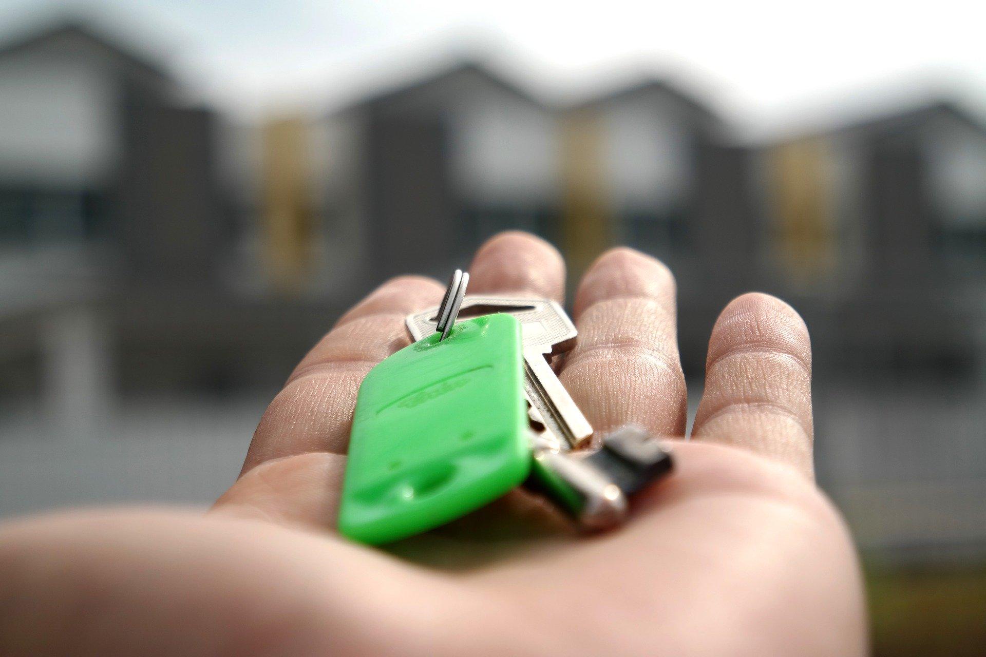Photo d'une main tenant des clés