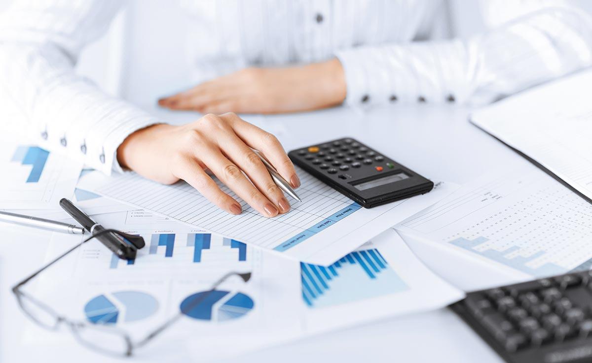 Femme en train de faire d ela comptabilité