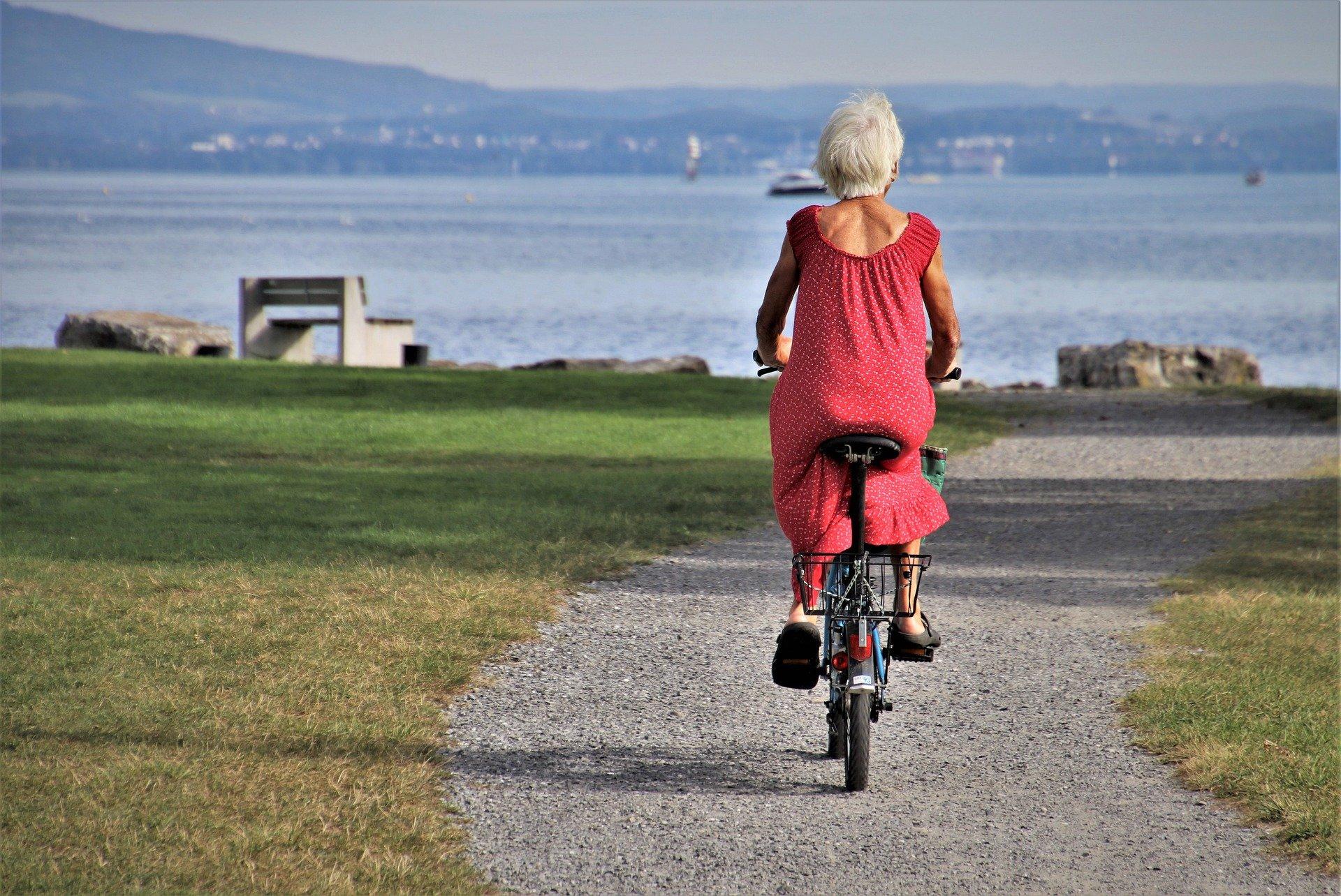 femme faisant du vélo