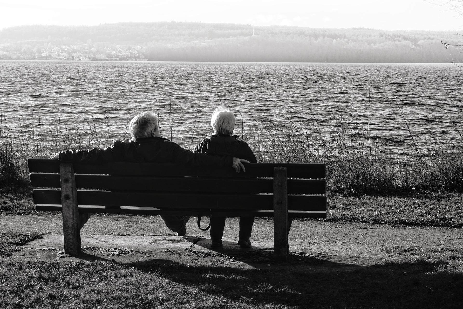 deux personnes assises sur un banc